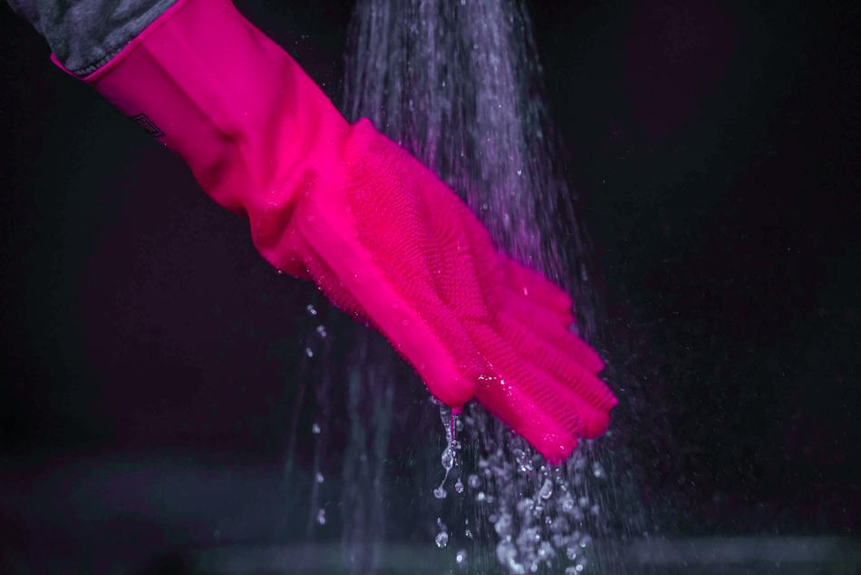 Nach dem Abschrubben von Schmutz und Dreck können die Handschuhe in heißem Wasser oder in der Spülmaschine gereinigt werden.