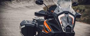 Um mühelos die besten Terrains der Welt zu meistern, bietet die KTM 1290 SUPER ADVENTURE S der Generation 2021 serienmäßig eine innovative adaptive Geschwindigkeitsregelanlage.