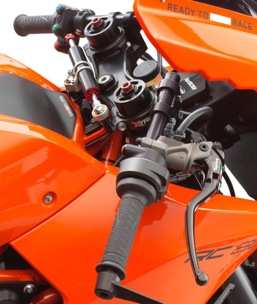 Zudem ist die KTM RC 8C mit der Brembo19 RCS CORSA CORTA Radialpumpe ausgestattet.