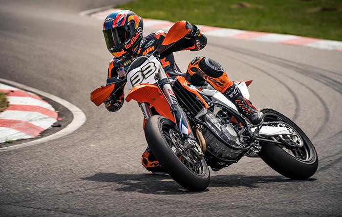 Die neuen Wettbewerbs Super Moto KTM 450 SMR slidet zu immer neuen Höhen auf Brad Binders Trainingsrunden