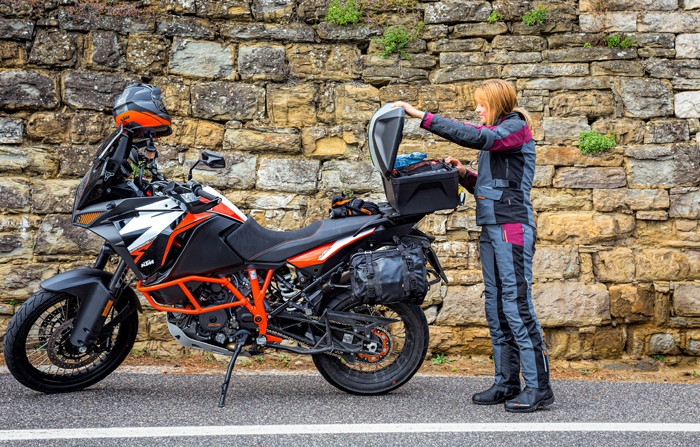 Jacqueline sucht Platz für Souvenirs im KTM PowerParts TOURING TOPCASE