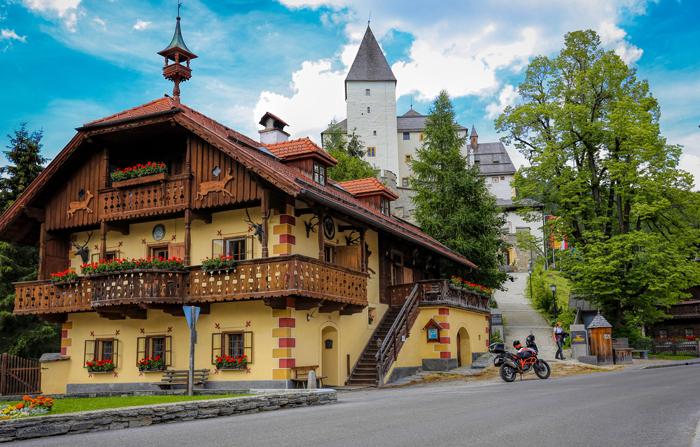 Zwischenstopp bei der malerischen Burg Mauterndorf, Österreich